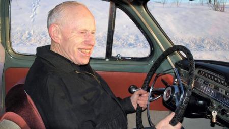 En splitter ny S60 står også på gårdsplassen, men Kjell Sveum fra Lena kjører helst i sin 52 år gamle PV.  (Foto: Dag Skoglund)