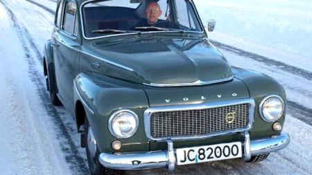 Kjell Sveum kjører mest på lokale veger i Lena, Kolbu og Totenåsen med sin 1959-modell Volvo PV 544. Han benytter bilen både sommer og vinter, men saltede veger liker han dårlig. Da velger han heller å kjøre lange omveger! (Foto: Dag Skoglund)