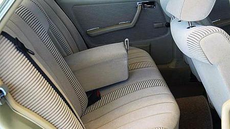 Den grov-ribbede velouren var ett av hele fire interiørvalg på Mercedes W123-serien, og faktisk på enkelte modeller enda dyrere enn ekte skinn. Foto: Sportwagen AS