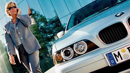 I likhet med brosjyre-damen kjører Christina Børstad BMW 5-serie av E39-generasjonen, og kunne aldri tenkt seg noe annet enn nettopp en BMW. Foto: Netcarshow.com