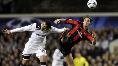 JEVNT OPPGJØR: Sandro og Zlatan i duell på White Hart Lane. Milan hadde ballen mest, men Tottenham forsvarte seg glimrende. (Foto: DYLAN MARTINEZ/Reuters)