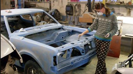 Linda har selv pusset opp bilen sammen med faren sin, som har   eid den siden 1987. Foto: Privat