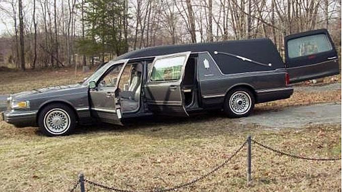 Racing-legenden Dale Earnhardt Sr´s siste reise foregikk i denne likbilen, bygget på en 1996 Lincoln Town Car. I februar fikk den tidenes verdiøkning, men om den var mulig å realisere vet ingen noe om foreløpig. Foto: eBay