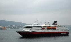 Hurtigruten på vei til kai i Bergen tirsdag, mer enn to timer forsinket. (Foto: Ronald Toppe)