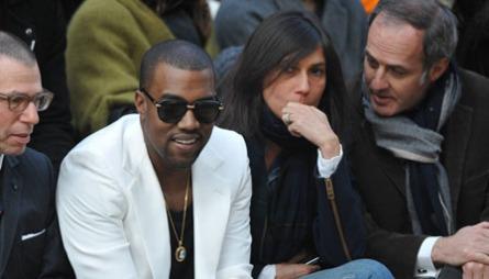 I DET GODE SELSKAP: Kanye West sitter «front row» under Chanels   Ready-To-Wear på Paris Fashion Week. Det var da.