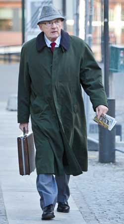 Den tidligere POT-tjenestemannen Leif Karsten Hansen på vei inn til Gjenopptakelseskommisjonen i Oslo, for å avgi sin forklaring i forbindelse med påstander om forfalskning av beviser i Treholt-saken.  (Foto: Håkon Mosvold Larsen)