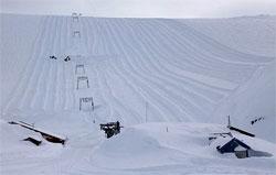 Bare taket på heishuset stikker opp over snøen. (Foto: Jan Petter Svendal)