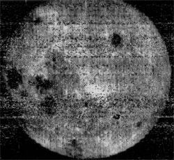 Dette er det aller første bildet som ble tatt av månens bakside, fotografert av den sovjetiske Luna 3 sonden 10. juli 1959. (Foto: NASA SSDC)