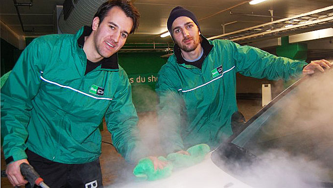 Brødrene Filip og Fredrik Måland Nasr har startet bedriften Blank. BI-studentene har hentet inspirasjon i Amerika, og tilbyr bilvask i parkeringsanlegget på Amfi Madla mens kundene handler. (Foto: Thomas Hansen, rogalandsavis.no/ANB)
