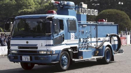 SPYLING: Torsdag forbereder man seg på å spyle atomkraftverket.   Slike brannbiler fra Tokyo vil bli brukt. Målet er først og fremst å   sørge for at bassenget med brukte brenselstaver ved reaktor 3 er fylt   med vann. (Foto: AP/Ap)