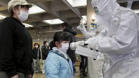 FRYKT: Ei jente sjekkes for stråling i Koriyama, rundt 60 kilometer unna Fukushima-verket. (Foto: KEN SHIMIZU/Afp)