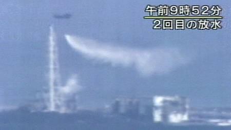 VANNBOMBING: Helikopter har blitt tatt i bruk for å kjøle ned Fukushima-anlegget. (Foto: AP/Ap)