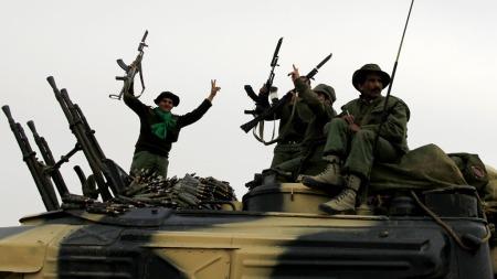 GADDAFI-SOLDATENE JUBLER: Hevder de tok kontroll over byen Ajdabiya onsdag. Regjernigsstyrkene nærmer seg dermed Benghazi øst i landet, som kontrolleres av opprørerne. (Foto: Reuters)