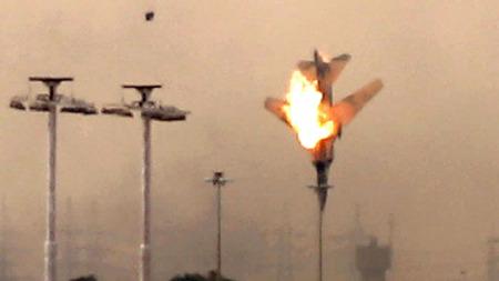 SKUTT NED: Et jagerfly ble lørdag morgen skutt ned over byen Benghazi. Gaddafis styrker nærmer seg storbyen som har blitt opprørsstyrkenes hovedkvarter.  (Foto: SCANPIX)