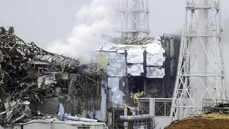 Dette bildet, offentliggjort av japanske TEPCO, viser situasjonen ved reaktor fire ved Fukushima Daiichi-kraftverket tirsdag. Den hvite røyken i bakgrunnen stiger opp fra reaktor 3. (Foto: TEPCO/KYODO/AP/Ap)