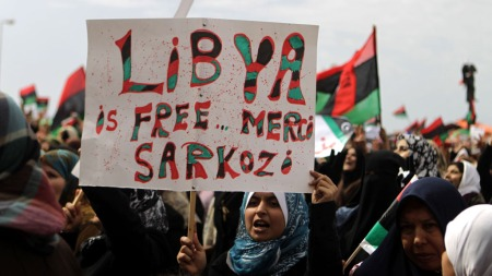 «HVOR ER SARKOZY?»: Mange satt sin lit til Frankrike etter at de fredag varslet at angrep mot Gaddafis styrker kunne være i gang på få timer. Nå spør libyerne hvor president Sarkozy og Frankrike er.  (Foto: SCANPIX)
