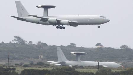 OVERVÅKINGSFLY: AWACS-fly lander på  den britiske Akrotiri-basen på Kypros for å delta i Libya-aksjonen. Flyene opereres av Nato-mannskaper. (Foto: ANDREW WINNING/Reuters)