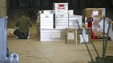 PAKKET OG KLART: Pakking av utstyr på Bodø Hovedflystasjon søndag ettermiddag. De første flyene i den norske F-16-skvadronen som skal bidra i den militære intervensjonen i Libya, drar mandag og kan delta i operasjonene kort tid etter. (Foto: Anders Vanderloock/Scanpix)