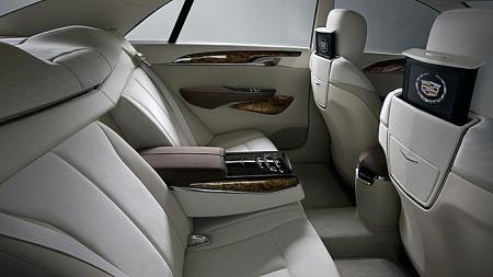XTS blir en stor bil også innvendig. Siden den skal ta over for den i høy grad sjåfør-kjørte DTS er det lagt stor vekt på komfort i baksetet også. Foto: Netcarshow.com