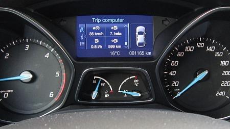 Ekstra info-display mellom turteller og speedometer, her er det mye (små) informasjon på en gang.