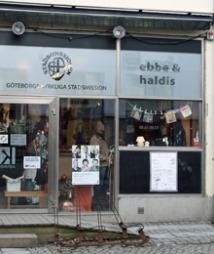 BAK FASADEN: Den anonyme fasaden skjuler spennende skatter.   Göteborgs Stadsmissions bruktbutikk «Ebbe & Haldis» byr på alt   fra lederhosen til 60-talls klær og innslag av norsk stengods.