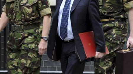 VIL BOMBE GADDAFI: Storbritannias forsvarsminister Liam Fox sier at oberst Gaddafi er et legitimt mål for britiske styrker. Her er han sammen med sjefen for forsvarsstaben, general Sir David Richards, i Downing Street. (Foto: Anthony Devlin/Ap)