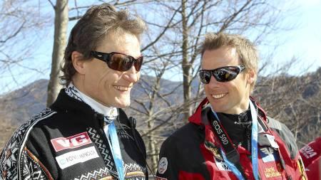 AVTROPPENDE OG PÅTROPPENDE: Mika Kojonkosi   og Alexander Stöckl sammen under søndagens verdenscuprenn i skiflygning   i Planica. (Foto: Primoz Lovric/Scanpix)