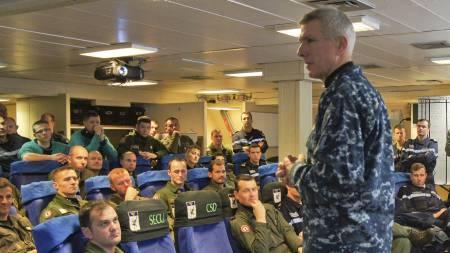 LIBYA-ANGREP: Den amerikanske admiralenl Samuel J. Locklear, sjef for Libya-aksjonen, snakker med franske marinepiloter på hangarskipet «Charles de Gaulles». (Foto: HO/Reuters)