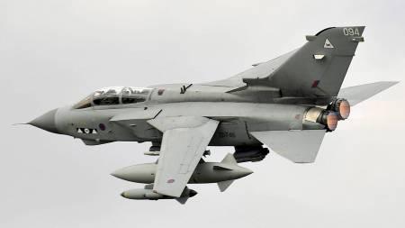 DELTAR I ANGREP: En Tornado-jager fra det britiske flyvåpnet (RAF) tar av fra en base øst i England, trolig på vei mot Libya. Natt til tirsdag var det nye angrep. (Foto: HO/Reuters)