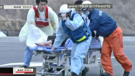 HADDE ENGLEVAKT: Dette bildet viser en av de overlevende som bringes fra redningshelikopteret og inn på et Røde Kors-drevet sykehus i Ishinomaki. (Foto: NHK)