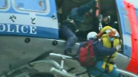 Her blir en av de to som søndag ble funnet i live i ruinene i Ishinomaki heist ombord i et av politets redningshelikoptre. (Foto: NHK)