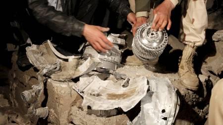 Libyske soldater viser frem det som skal være restene av en av missilene avfyrt av koalisjonsstyrkene. (Foto: ZOHRA BENSEMRA/Reuters)