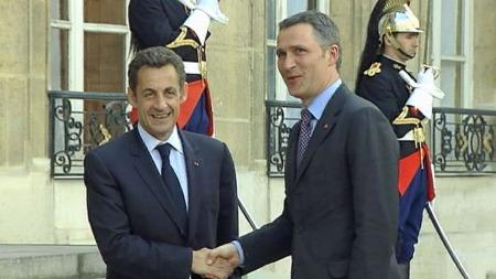 TOPPMØTE I PARIS: Jens Stoltenberg ankom Paris lørdag for å delta på toppmøtet om situasjonen i Libya. Her blir han tatt imot av Frankrikes president Nicolas Sarkozy.   (Foto: Ap)