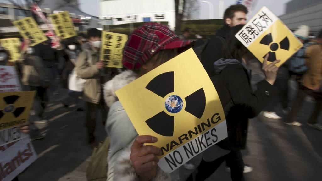 FRYKTER STRÅLING: Innbyggere i Tokyo demonstrerte søndag mot atomkraft. Arbeidet med å løse problemene ved kjernekraftverket i Fukushima fortsetter. (Foto: Gregory Bull/Ap)