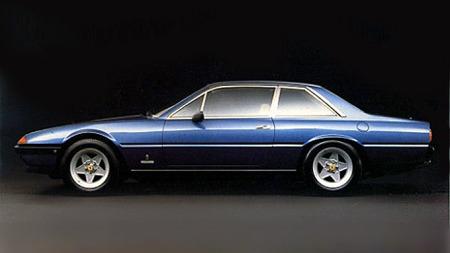 DETTE er en coupé. En Ferrari 400 viser hvor lekker en ekte coupé faktisk kan være. Og det burde skremme alle produsenter av firedørsbiler fra å prøve å maskere og trikse seg frem til et like lekkert resultat...