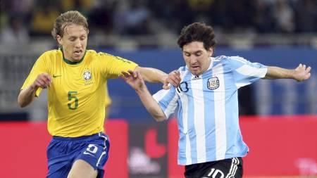 Lucas Leiva og Lionel Messi (Foto: OSAMA FAISAL/Ap)