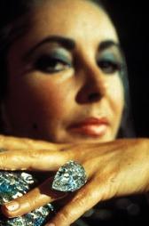 DIAMANTER ER EN JENTES BESTE VENN: Elizabeth Taylor elsket smykker, og særlig diamanter. Hun hadde noen av verdens dyreste og mest anerkjente smykker i sin samling.