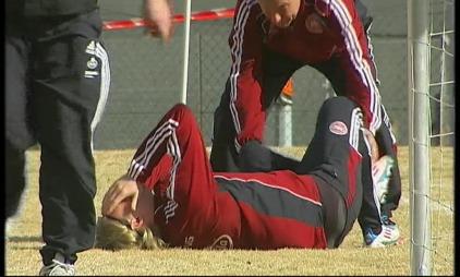 Simon Kjær tråkket over på danskenes trening. (Foto: TV2)