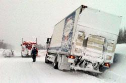 En lastebil er kjørt i grøften sør for Heia på E6 i Troms. (Foto: Svein Harald Lian)