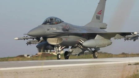 TILBAKE PÅ BASEN: Dette F-16-flyet var på bombeoppdrag inne i Libya. Bomben mangler under venstre vinge.