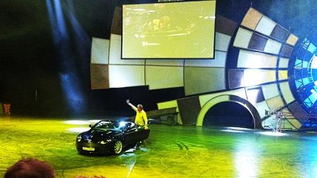 Jeremy Clarkson hilser på publikum - og sammen med resten av Top Gear-trioen ga han publikum en feststund i Oslo Spektrum.