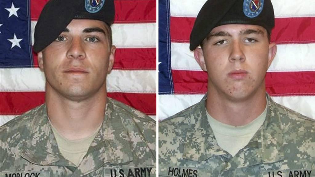POSERTE MED DØD MANN: Soldaten Jeremy Morlock (t.h) er dømt til 24 år i fengsel. Mens Andrew Holmes er tiltalt for å ha drept sivile i Afghanistan. Han venter på sin dom. (Foto: HO/Afp)