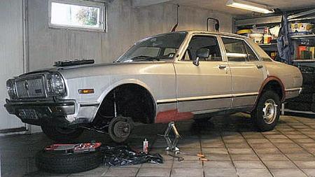 Mekaniske deler til bremser og hjuloppheng har vært blant de hardeste nøttene å knekke for å få Steinars Cressida tilbake på veien. Foto: Privat