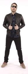 ...OG ETTER: «Steinjo» har fått en rocka stil med sorte jeans fra Tiger (kr 999), skinnjakke fra Samsøe Samsøe (kr 3199), skjorte fra Tiger (kr 999), sko fra Gant (kr 1650) og briller fra Persol (kr 1900).