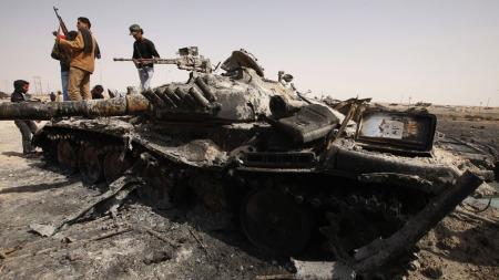 GJENEROBRET VIKTIG BY: Takket være bombeangrep fra den internasjonale   koallisjonen klarte libyske opprørere å ta byen Ajdabiyah lørdag. (Foto:   SCANPIX)