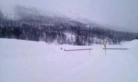 EVAKUERES HERFRA: Innbyggerne som bor bak denne bommen i Breivikeidet evakueres søndag med snøscooterpatruljer fra Røde Kors hjelpekorps.  (Foto: Leserbilde)