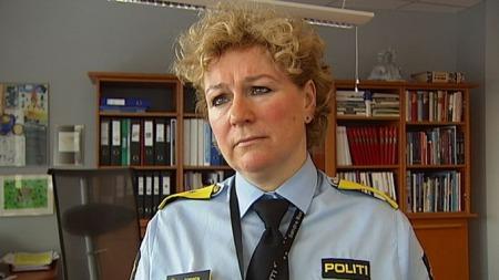 LEI SEG: Poltimester Christine Fossen i Søndre Buskerud er glad ingen kom til skade da hun kom til skade for å sette en enebolig i brann med en nødrakett. (Foto: Sveinung Kyte/TV 2)