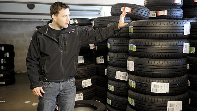 Ruben Hordnes hos Dekk1 i Kokstaddalen venter storinnrykk av bilister når det brått blir vår. (Foto: Egill J. Danielsen                   )