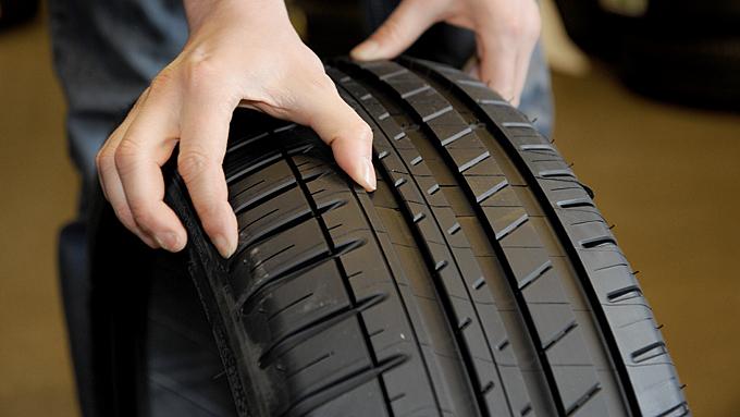 - En del premiumdekk er assymetrisk bygget og har forskjell på innside og utside. Dette Michelin-dekket har kraftigere konstruksjon på utsiden, noe som motvirker krenging og dårlig sidegrep, forklarer dekkselgeren. (Foto: Egill J. Danielsen    )