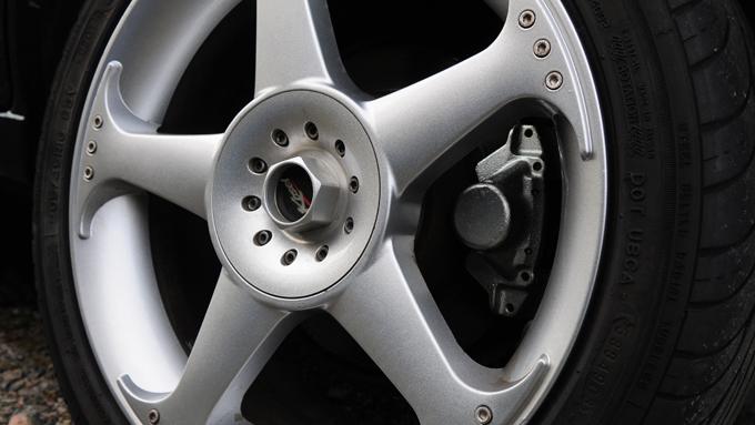 En stor felg gir nødvendigvis lite plass til gummi i hjulbuen - og dekket må ha lav profil for at ikke rulleomkretsen skal bli for stor. (Foto: Egill J. Danielsen)